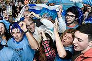 20180620/ Javier Calvelo - adhocFOTOS/  MONTEVIDEO/  La selección de futbol de Uruguay juega su segundo partido frente a Arabia Saudita por la primera fase del grupo A en el estadio Rostov Arena de Rostov del Don, en el Mundial FIFA Rusia 2018. En Montevideo los hinchas Uruguayos se congregan en diferentes lugares para ver el encuentro. En el Mercado Agrícola de Montevideo los hinchas en la plaza de comidas miran el partido frente a una pantalla gigante.<br /> En la foto: Daniel Martinez, intendente de Montevideo, entre los hinchas de Uruguay miran por tv el encuentro ante Arabia Saudita, por el Mundial FIFA Rusia 2018, en el Mercado Agrícola de Montevideo. Foto: Javier Calvelo / adhocFOTOS