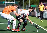 AMSTELVEEN  - Hockey -  1e wedstrijd halve finale Play Offs dames.  Amsterdam-Bloemendaal (5-5), Bl'daal wint na shoot outs.  Caspar van Dijk (A'dam) met Floris Wortelboer (Bldaal)     COPYRIGHT KOEN SUYK