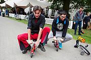 Een deelnemer van Velo-City prpbeert op een minifiets te rijden. In Arnhem vindt in het Sonsbeekpark Velofest plaats, een festival over fietsen, tegelijk met het roodtruck festival Eten op Rolletjes. Het festival is het einde van de internationale conferentie Velo City dat dit jaar in Nijmegen en Arnhem is gehouden. Tijdens het meerdaags congres praten beleidsmedewerkers en de fietsindustrie over het gebruik van de fiets in het dagelijks leven. Daarnaast zijn er tal van fietsgerelateerde activiteiten.<br /> <br /> In Arnhem the bike festival Velofest is held, as end of  the bike related congress Velo City 2017 that was hosted in Arnhem and Nijmegen. From all over the world people come to talk about the use of the bicycle as a way of transportation.