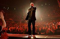 25 NOV 2002, BERLIN/GERMANY:<br /> Herbert Grönemeier waehrend einem Konzert, Max-Schmeling-Halle<br /> IMAGE: 20021125-02-024<br /> KEYWORDS: Herbert Grönemeier, Fans, Fans, Publikum, Haende, Hände