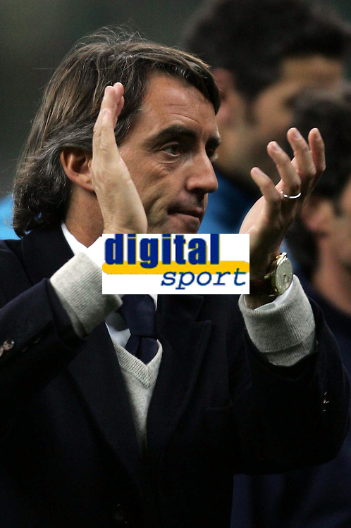 Fotball<br /> Champions League 2004/05<br /> Inter MIlan v Porto<br /> 15. mars 2005<br /> Foto: Digitalsport<br /> NORWAY ONLY<br /> INTER TRAINER ROBERTO MANCINI APPLAUSES TO INTER FANS