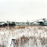 05-03-1996-Oekraine, Tsjernobyl. De verlaten satd Pripyat waar 20 jaar geleden een ontploffing ontstond in een kernreactor. Dit met gevolge dat er een kernramp onstond en het gebied tot op de dag van vandaag eigenlijk niet bewoonbaar is.<br />Hier is goed te zien hoe alles is achtergelaten na de ramp. De restanten van het leger, helicopters en trucks, zijn na de ramp achtergelaten wat nu een auto/helicopterkerhof is geworden.<br />Foto: Sake Elzinga/Hollandse Hoogte