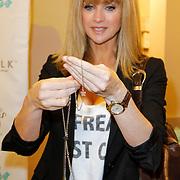 NLD/Amsterdam/20120424 - Lancering juwelenlijn Wishes by Rossana Kluivert-Lima, Daphne Deckers met de ketting