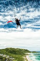 Vôo de parapente na Praia Mole. Florianópolis, Santa Catarina, Brasil. / Paragliding at Mole Beach. Florianopolis, Santa Catarina, Brazil.