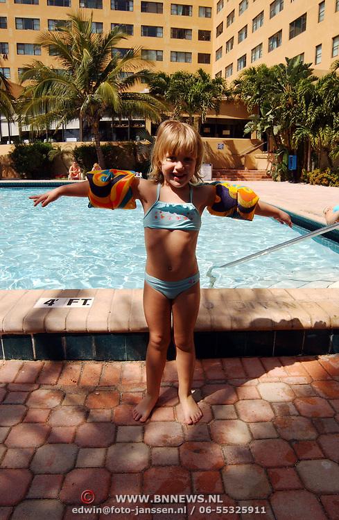 Vakantie Miami Amerika, hotel, zwembad, toeristen, zwemband, zwemmen, palmbomen, palmboom, kind, ouder, moeder, zon, zonnen, Diana Janssen