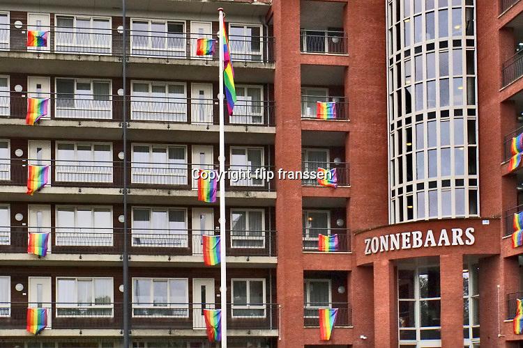 Nederland, Nijmegen, 8-10-2020 Vanwege de Coming Out week hebben de meeste bewoners van deze zorgflat regenboogvlaggen aan hun balkon hangen . . Foto: ANP/ Hollandse Hoogte/ Flip Franssen