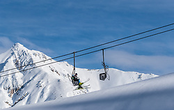 THEMENBILD - Skifahrer in einem Sessellift vor der verschneiten Bergkulisse, aufgenommen am 26. Januar 2018 in Seefeld, Österreich // Skiers in a chairlift against the snowy mountain scenery, Seefeld, Austria on 2017/01/26. EXPA Pictures © 2018, PhotoCredit: EXPA/ JFK