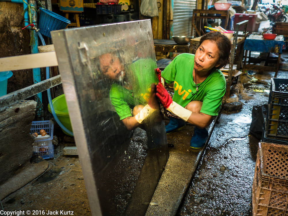 04 JANUARY 2016 - BANGKOK, THAILAND:        A woman who has a street food stall in Bang Chak market closes her stall for the last time when the market closed permanently Monday. The market closed January 4, 2016. The Bang Chak Market serves the community around Sois 91-97 on Sukhumvit Road in the Bangkok suburbs. About half of the market has been torn down. Bangkok city authorities put up notices in late November that the market would be closed by January 1, 2016 and redevelopment would start shortly after that. Market vendors said condominiums are being built on the land.     PHOTO BY JACK KURTZ