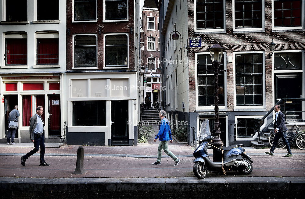 Nederland, Amsterdam, 28 september 2016.<br /> Eigen Raam is een project voor en door sekswerkers in Amsterdam. Zij gaan zelf een raamverhuurbedrijf runnen in het Wallengebied. De vier panden zijn: Boomsteeg 1, Oudezijds Achterburgwal 17, 19 en 27.<br /> Het doel van Eigen Raam is om de positie als sekswerkers te versterken. Dat houdt in: <br /> Zeggenschap: arbeidsomstandigheden zoals werktijden, verhuurvoorwaarden bij onder anderevakantie of ziekte.<br /> Prettige sfeer en gezellige huiskamer: koffie of een praatje met collega's in een leuke ruimte.<br /> De winst besteden aan de positieverbetering van sekswerkers: cursussen, verzekeringen, et cetera.<br /> <br /> Foto: Jean-Pierre Jans