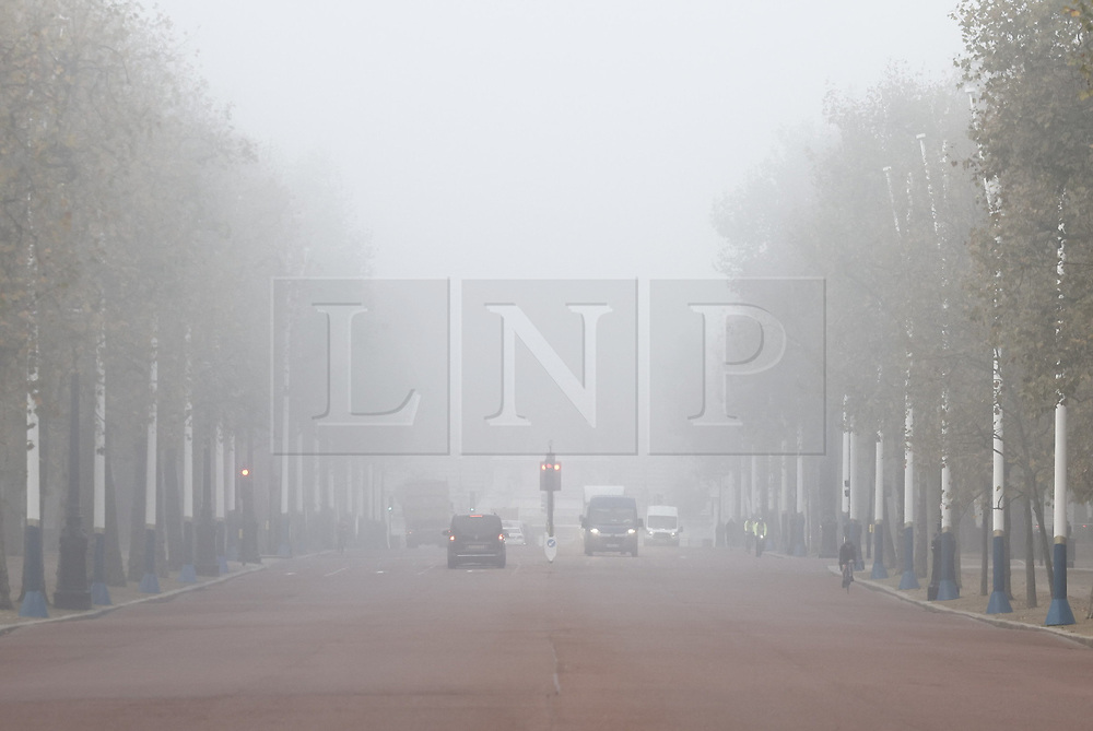 © Licensed to London News Pictures. 05/11/2020. London, UK. Buckingham Palace is hidden as fog shrouds The Mall on the first day of England's national lockdown. Photo credit: London News Pictures