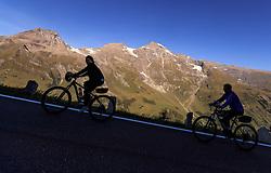 THEMENBILD - Silhouetten von Radfahrern bei der Auffahrt. Die Grossglockner Hochalpenstrasse verbindet die beiden Bundeslaender Salzburg und Kaernten mit einer Laenge von 48 Kilometer und ist als Erlebnisstrasse vorrangig von touristischer Bedeutung, aufgenommen am 15. September 2016, Bruck a. d. Glocknerstrasse, Oesterreich // Silhouettes of cyclists on the Road. The Grossglockner High Alpine Road connects the two provinces of Salzburg and Carinthia with a length of 48 km and is as an adventure road priority of tourist interest at Bruck a. d. Glocknerstrasse, Austria on 2016/09/15. EXPA Pictures © 2016, PhotoCredit: EXPA/ JFK