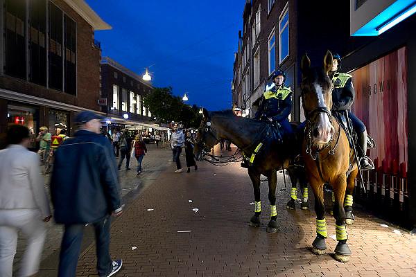 Nederland, Nijmegen, 13-7-2014 Politie te paard surveilleert tijdens de vierdaagse , vierdaagsefeesten, zomerfeesten om het publiek te observeren en indien nodig te sturen. De vierdaagsefeesten zijn het grootste evenement van Nederland en duren een hele week. Foto: Flip Franssen/Hollandse Hoogte