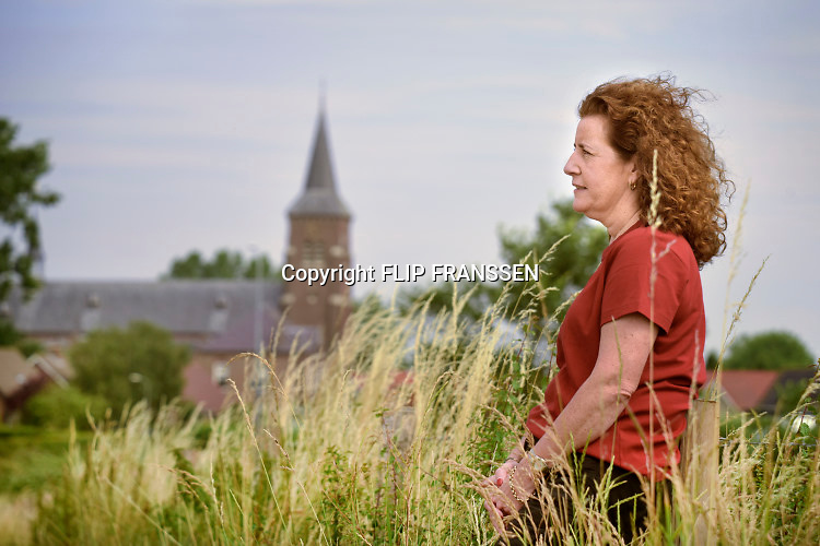 Nederland, Kekerdom, 1-8-2019 Minister Ingrid van Engelshoven can cultuur wandelt in de Ooipolder bij de buitendijkse kerk van Kekerdom. Het dorp ligt aan de andere kant van de dijk, en op de rand van natuurgebied de Millingerwaard. Foto: Flip Franssen