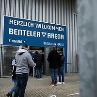 18.10.2020, Benteler-Arena, Paderborn, GER, 2.FBL, SC Paderborn vs Hannover 96, im Bild Zuschauer / Fans auf dem Weg in die Benteler-Arena,<br /><br /><br />Foto © nordphoto / Rauch<br /><br />Gemäß den Vorgaben der DFL Deutsche Fußball Liga bzw. des DFB Deutscher Fußball-Bund ist es untersagt, in dem Stadion und/oder vom Spiel angefertigte Fotoaufnahmen in Form von Sequenzbildern und/oder videoähnlichen Fotostrecken zu verwerten bzw. verwerten zu lassen.