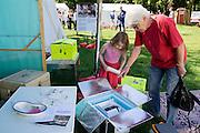 Een meisje kijkt samen met haar oma naar de inhoud van een vaccinatiedoos. In Utrecht heeft Artsen Zonder Grenzen een tentenkamp opgezet in het park Lepelenburg. Met het kamp wil de organisatie laten zien welk medische noodhulp het verricht in de noodhulpkampen in de wereld. Hulpverleners van AZG geven rondleidingen door  onder meer een (opblaasbaar) veldhospitaal, een voedingskliniek en een cholerakliniek.<br /> <br /> In Utrecht, MSF has set up a tent camp in the park Lepelenburg. In the camp, the organization wants to show what kind of emergency medical services they provide in the emergency camps in the world. MSF aid workers give tours including a (inflatable) field hospital, a nutrition clinic and a cholera clinic.