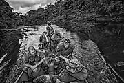 French guiana, St Georges, frontiere franco-bresilienne.<br /> <br /> Mission de reconnaissance sur la Gabaret, affluent de l'Oyapock, pour les legionnaires du 3e REI. Separee du Bresil par le fleuve Oyapock, St Georges est un des gros points de passage de l'immigration clandestine entre les 2 pays. Les garimpeiros bresiliens arrivent d'Oiapoque sur la rive bresilienne pour tenter leur chance sur les chantiers d'orpaillage legaux ou clandestins guyanais.<br /> La construction d'un pont devrait prochainement permettre le passage du fleuve. <br /> L'etat français entend maintenant controler cette frontiere jusqu'ici permeable. La legion intervient dans des missions de renseignement pour loger les differents sites que les gendarmes tentent de demanteler. Depuis 2004, l'offensive gouvernementale se durcit. Deux escadrons de gendarmerie mobile sont affectes en permanence a la lutte contre l'orpaillage clandestin. Les services de la PAF, des douanes, de la gendarmerie et de la legion sont associes a des operations coordonnees dites « ANACONDA » et maintenant « HARPIE ».