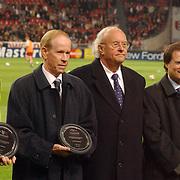 NLD/Amsterdam/20051122 - Voetbal, Champions League, Ajax - Sparta Praag, uitreiking plaquette Champions of Europe, Ruud Krol, gerrie Muhren, UEFA bestuurslid Mathieu Sprengers