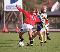 Ingrid Camilla Fosse Sæthre, U21K, holdes av en svensk spiller. Kvinnefotball: Norge U21K - Sverige U21K 3-1. Privatlandskamp. U21 kvinner 2000. 9. september 2000. (Foto: Peter Tubaas/Fortuna Media).