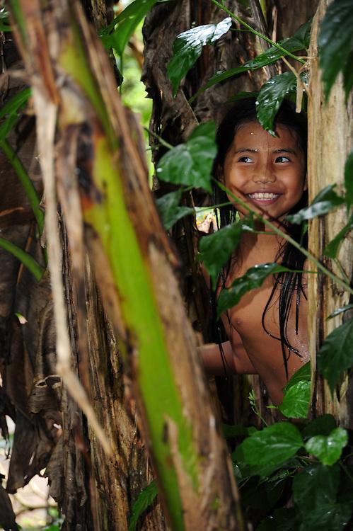Niña indígena feliz en pueblo indígena emberá, Panamá.