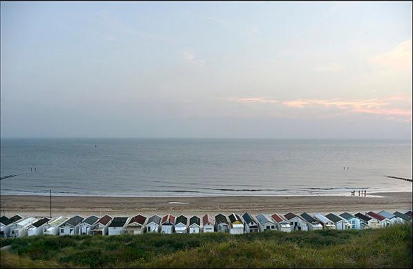 Nederland, Dishoek, 13-9-2014Vakantiehuisjes, strandhuisjes staan tegen het duin, de duinen, op het strand van Walcheren in Zeeland.FOTO: FLIP FRANSSEN/ HOLLANDSE HOOGTE