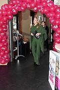 Koningin Máxima is aanwezig bij de bijeenkomst van Stichting Single SuperMom. Daar gaf ze, ter gelegenheid van Internationale Vrouwendag, het startsein voor trainingen waarmee alleenstaande moeders hun zelfredzaamheid en economische positie kunnen vergroten. <br /> <br /> Queen Máxima attends the meeting of Single SuperMom Foundation. There she gave on the occasion of International Women's Day, launched training that single mothers can increase their self-sufficiency and economic position.<br /> <br /> Op de foto / On the photo:  Aankomst / Arrival