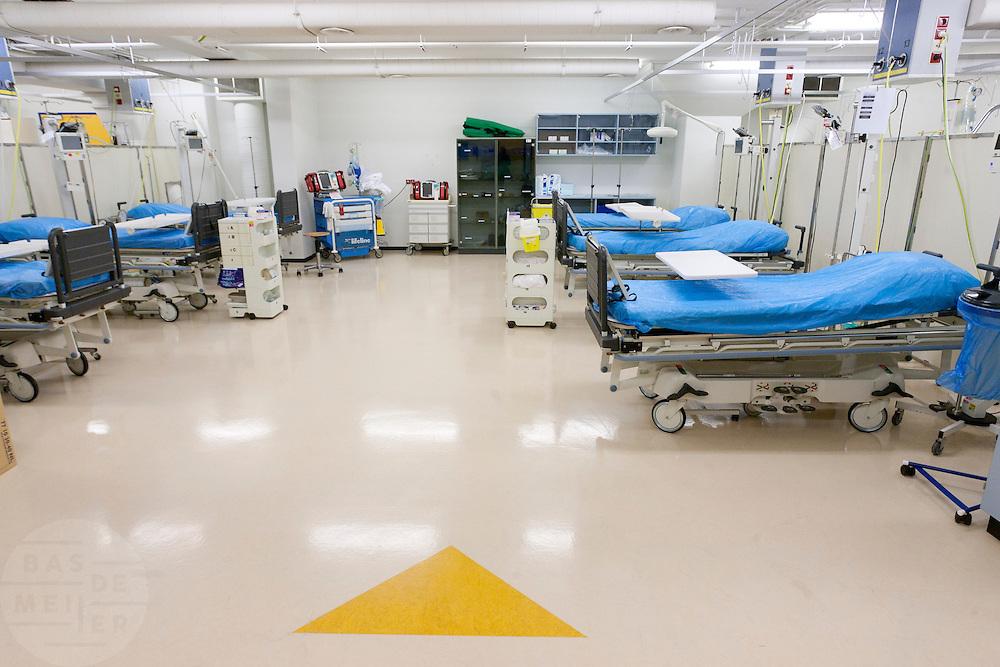 De gele sluis, voor de midden categorie slachtoffers, van het calamiteitenhospitaal. Binnen een half uur moet de patiënt naar een vervolgafdeling zijn vervoerd. De naam van het slachtoffer is nog niet van belang, bij binnenkomst wordt hij voorzien van een nummer. Bij het calamiteitenhospitaal in Utrecht worden slachtoffers van grote rampen als eerste behandeld. Afhankelijk van de ernst van de verwonding, wordt het slachtoffer ingedeeld in rood, geel of groen. Het hospitaal is uniek in Europa en is gevestigd in de voormalige atoombunker onder het UMC Utrecht.<br /> <br /> The yellow zone. At the basement of the UMC Utrecht a special hospital for emergency and major incidents is based. Patients are being labelled by number and depending on the injuries they will be transported to the zone red, yellow or green.