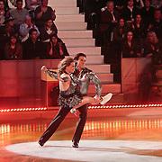 NLD/Hilversum/20110128 - Live show Sterren Dansen op het IJs2011, Babette van Veen schaatst met partner hun eerste kuhr
