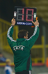 20.10.2011, Jan-Breydel Stadion, Bruegge, BEL, UEFA EL, Gruppe H, FC Bruegge (BEL) vs Birmingham City (ENG), im Bild  The sixth official indicates ten minutes of injury time after a Birmingham City player was knocked unconscious during the UEFA Europa League Group H match against Club Brugge at the Jan Breydelstadion.  // during UEFA Europa League group H match between FC Bruegge (BEL) vs Birmingham City (ENG), at Jan-Breydel Stadium, Brugge, Belgium on 20/10/2011. EXPA Pictures © 2011, PhotoCredit: EXPA/ Propaganda Photo/ David Rawcliff +++++ ATTENTION - OUT OF ENGLAND/GBR+++++
