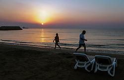 THEMENBILD - Touristen am Strand des Mittelmeeres bei Sonnenaufgang an einem heissen Sommertag, aufgenommen am 17. August 2018 in Larnaka, Zypern // Tourists on the beach of the Mediterranean at sunrise on a hot summer Day, Larnaca, Cyprus on 2018/08/17. EXPA Pictures © 2018, PhotoCredit: EXPA/ JFK