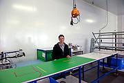 Delphine (42 ans) dans l'usine de Sodimédical, à Plancy l'Abbaye. Elle a 20 ans d'ancienneté dans l'usine. Elle repassait des champs opératoires. Depuis quatre mois les ouvrières de Sodimédical, à Plancy l'Abbaye (10) pointent tous les matins à 7h15 mais à la fin du mois aucun salaire ne tombe. En 2010 le groupe Lohmann & Rauscher a annoncé la fermeture de cette usine de matériel médical et le licenciement de ses 54 salariés pour délocaliser l'activité en Chine. Malgré plusieurs décisions de justice qui ont invalidé les plans sociaux , le groupe ne confie plus de travail aux ouvrières. Sans travail mais aussi sans chômage, les ouvriers sont chaque jour 8 heures à l'usine, tricotant, jouant aux cartes ou marchant en rond dans le parking, en attendant une décision.
