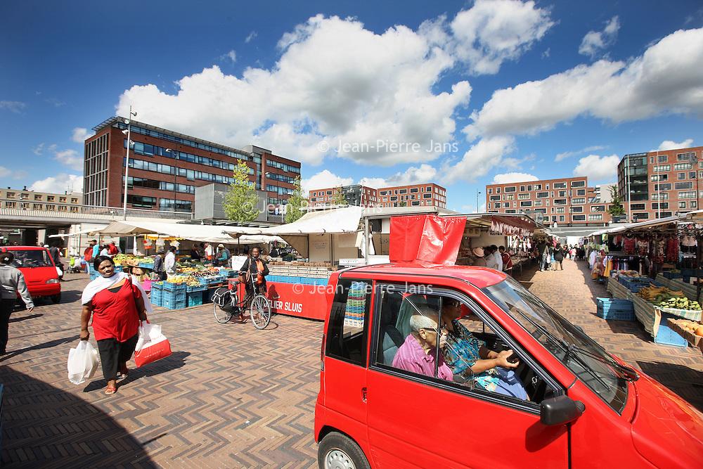 Nederland, Amsterdam Zuid Oost , 5 juni 2011..Markt op het Anton de Komplein in Zuid Oost. .Foto:Jean-Pierre Jans