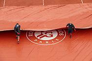 Clay gardeners of Suzanne Lenglen stadium removed the the tarpaulin during the Roland Garros 2020, Grand Slam tennis tournament, on October 5, 2020 at Roland Garros stadium in Paris, France - Photo Stephane Allaman / ProSportsImages / DPPI