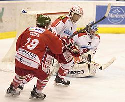 04.10.2015, Eiswelle, Bozen, ITA, EBEL, HCB Suedtirol vs EC KAC, 8. Runde, im Bild v.l. Taylor Vause (HCB Suedtirol), Mark Popovic (EC KAC), Tormann Bernd Brueckler (EC KAC) // during the Erste Bank Icehockey League 8th round match between HCB Suedtirol and EC KAC at the Eiswelle in Bozen, Italy on 2015/10/04. EXPA Pictures © 2015, PhotoCredit: EXPA/ Johann Groder