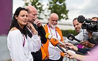 LONDON - Judoka Edith Bosch staat maandag de nationale en internationale pers te woord over haar incident in het Olympisch Stadion. midden Cor van der Geest en naast Edit, NOC/NSF persvoorlichter John van Vliet. ANP KOEN SUYK