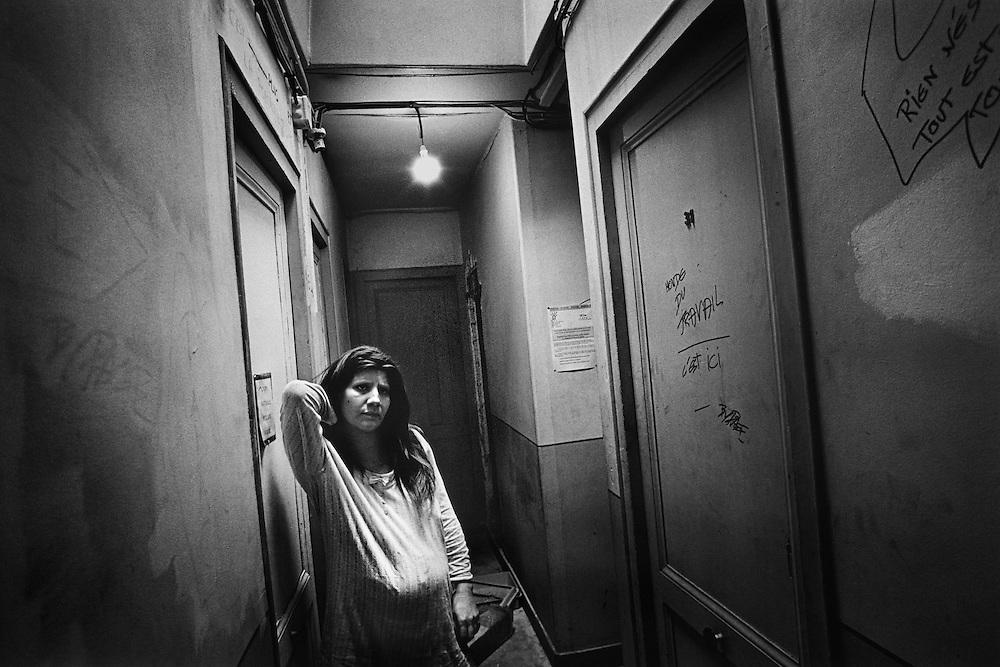 Paris, 1996. L'attente.<br /> <br /> Paris, 1996. Nathalie, enceinte de 6 mois, devant la chambre qu'elle occupe. Mère de 2 enfants placés par la DDASS, elle ne sait pas si les services sociaux lui laisseront la garde du bébé.