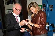 """Prinses Máxima slaat eerste munt 'Week van het geld'<br /> <br /> Hare Koninklijke Hoogheid Prinses Máxima der Nederlanden heeft op donderdagmiddag 10 november 2011 de eerste 'Week van het geld'-munt bij de Koninklijke Nederlandse Munt in Utrecht. De vormgeving van de munt is het resultaat van een ontwerpwedstrijd onder basisscholen in Nederland. De munt is geen wettig betaalmiddel. <br /> <br /> <br /> Princess Maxima attends first coin 'Money Week'<br /> <br /> Her Royal Highness Princess Máxima of the Netherlands attends on Thursday 10 November 2011 the first """"Week of money' coin at the Royal Dutch Mint in Utrecht. The design of the coin is the result of a design competition among primary schools in the Netherlands. <br /> <br /> Op de foto / On the photo : de muntmeester van de Koninklijke Nederlandse Munt Maarten Brouwer en Prinses Maxima"""
