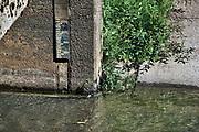 Nederland, Sambeek, 28-5-2020 Een kleine stuw in een natuurlijke beek die het water op peil houdt. Een peilschaal geeft de waterstand aan . Door de aanhoudende droogte is er minder aanvoer van water . Er dreigt een watertekort voor de landbouw in delen van het land. Foto: Flip Franssen