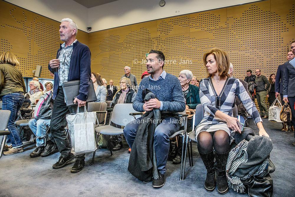 Nederland, Den Haag, 18 januari 2017.<br />Een bus vol met leden van vereniging Behoud de Parel uit Grubbenvorst reist af naar Den Haag. Daar wonen ze een zitting bij de Raad van State bij tegen de komst van de megastal NGB in Grubbenvorst.<br />Op de foto: Links voorzitter Behoud de Parel André Vollenberg bij aanvang vd zitting en rechts Marianne Thieme partijleider van Partij voor de Dieren<br /><br /><br /><br /><br />Foto: Jean-Pierre Jans
