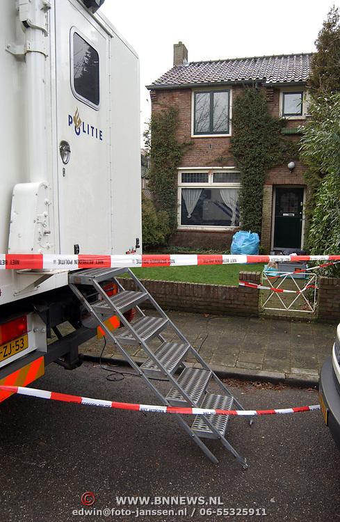 Technisch onderzoek politie kinderboerderij Rembrandlaan Baarn ivm vermissing echtpaar Muller - van der Velden, commandowagen