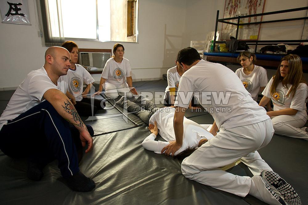 """Shiatsu é uma técnica de massagem japonesa criada em fins da era Meiji (1868), a partir dos recursos de pressão dos meriadianos com os dedos, que por sua vez tem origem no Do-in chinês. A palavra japonesa Shiatsu significa pressão (""""Atsu"""") com os dedos (""""Shi""""). Foto: Lucas Uebel/Preview.com"""