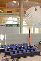 26 SEP 2003, BERLIN/GERMANY:<br /> Regierungabank, leer, mit Flagge und Bundesadler, vor Beginn der Sitzung, Plenum, Deutscher Bundestag<br /> IMAGE: 20030926-01-003<br /> KEYWORDS: unbesetzt, Fahne