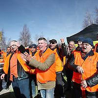Nederland, Schiphol , 19 maart 2014.<br /> insdagavond om 22:00 uur is de 24-uurs staking bij Aviapartner Cargo van start gegaan. Ruim 60 werknemers van de vrachtafhandelaar op Schiphol registreerden zich als staker. De staking eindigt woensdagavond, tenzij APC dan nog niet wil onderhandelen over de eisen van de werknemers, dan wordt de 24-uurs staking verlengd naar een 48-uurs staking tot donderdagavond 22:00 uur.<br /> Op de foto: werknemers van Aviapartner Cargo staken bij de ingang van Aviapartner aan de Pelikaanweg . man met duim omhoog is werknemer Ben Wevers.<br /> Foto:Jean-Pierre Jans