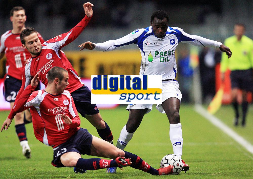 Fotball<br /> Frankrike<br /> Foto: Dppi/Digitalsport<br /> NORWAY ONLY<br /> <br /> FOOTBALL - FRENCH CHAMPIONSHIP 2007/2008 - L1 - AJ AUXERRE v LILLE OSC - 03/11/2007 - DENNIS OLIECH (AUX) / YOHAN CABAYE / NICOLAS PLESTAN (LIL)