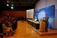 """13 MAY 2002, BERLIN/GERMANY:<br /> Kurt Bodewig, BM Bau u. Verkehr, Walter Riester, BM Arbeit, Herta Daeubler-Gmelin, BM Justiz, Gerhard Schroeder, Bundeskanzler, Heidemarie Wiczorek-Zeul, BM Entwicklungshilfe, Wolgang Thierse, Bundestagspraesident, und Franz Muentefering, SPD Generalsekretaer, zu Beginn der SPD Parteikonferenz unter dem Motte """"Die Politik der Mitte"""", Willi-Brandt-Haus<br /> IMAGE: 20020513-03-014<br /> KEYWORDS: Gerhard Schröder"""