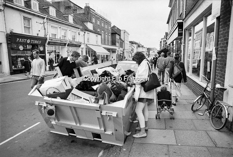 Engeland, England, Winchester, 25-8-1996 Straatbeeld. Mensen kijken in een vuilcontainer, afvalcontainer, met huisraad of er iets bruikbaars tussen zit .Foto: Flip Franssen