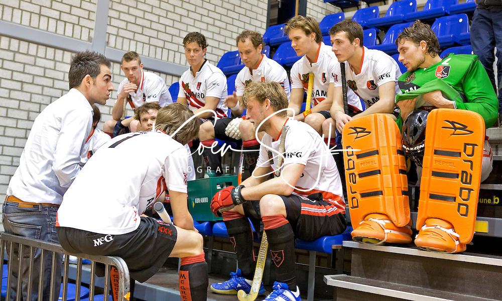 ROTTERDAM - Teambespreking bij de mannen van Amsterdam tijdens de  finale zaalhockey om het Nederlands kampioenschap tussen de  mannen van Amsterdam en Kampong. Links coach Timman. ANP KOEN SUYK