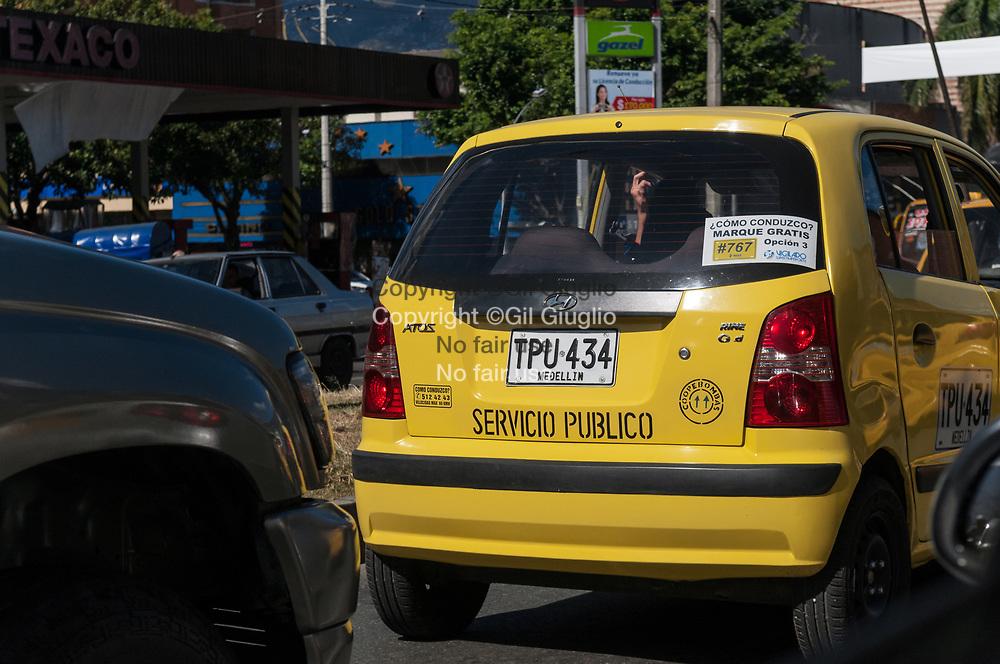 Colombie, Antioquia, Medellin, taxi centre-ville // Colombia, Antioquia, Medellin, taxi in downtown