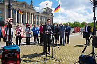 DEU, Deutschland, Germany, Berlin, 20.05.2021: SPD-Fraktionschef Dr. Rolf Mützenich und weitere Bundestagsabgeordnete der SPD bei einer Fotoaktion der SPD-Bundestagsfraktion zur sozialdemokratischen Erfolgsbilanz in dieser Legislaturperiode.