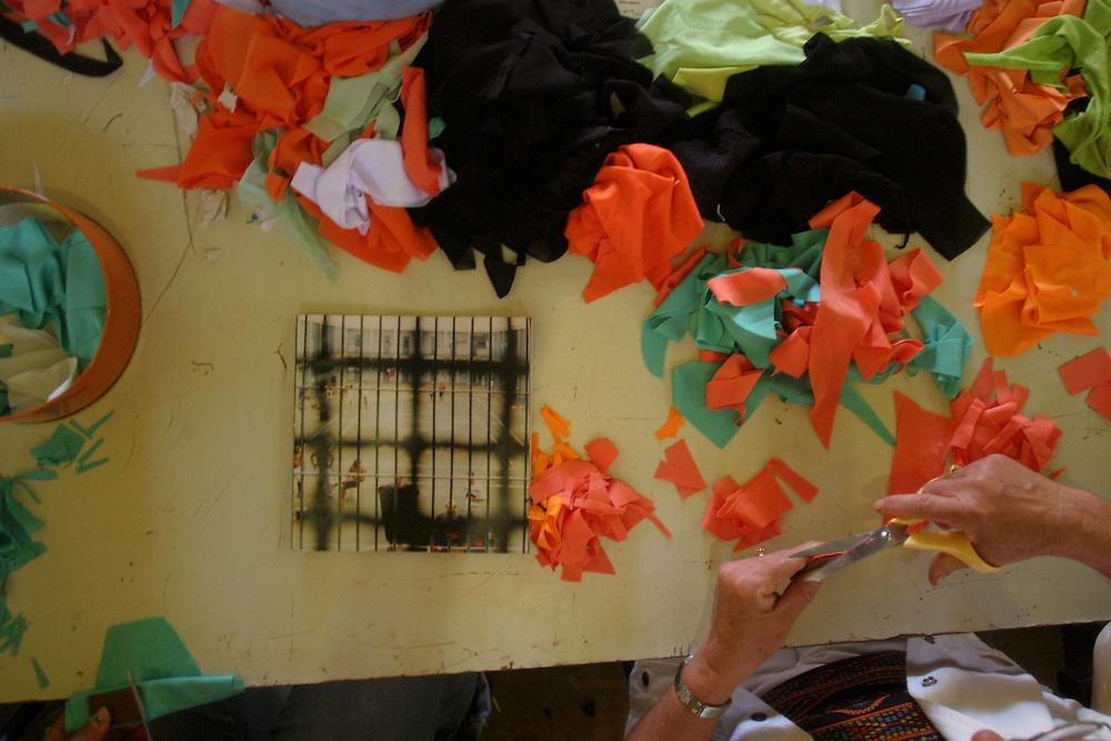 Jardim Canada_MG, Brasil...Oficina do Projeto Fred na cidade de Nova Lima. Na foto mao cortando tecido...The Fred project workshop in Nova Lima. In this photo a hand cutting a textile...Foto: LEO DRUMOND / NITRO
