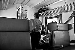un controllore delle FSE attraversa lo scompartimento. Reportage che analizza le situazioni che si incontrano durante un viaggio lungo le linee ferroviarie delle Ferrovie Sud Est nel Salento